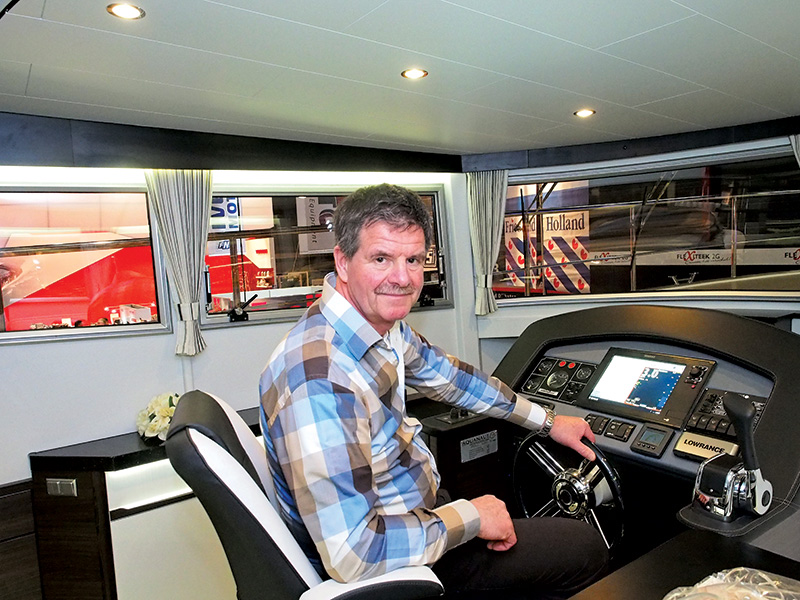 """Albert Hendriks, directeur van het bureau voor toerisme van Friesland en Boat Charter Holland: """"Het nieuwe sterrensysteem toont de relatie aan tussen de uitrusting van een huurjacht, de faciliteiten van de charterbases en de huurprijs. Dan blijkt ook dat zeer luxe, rechtstreeks te boeken schepen van leden van Boat Charter Holland relatief goedkoop zijn vergeleken met ogenschijnlijke luxe schepen die door touroperators aangeboden worden."""""""