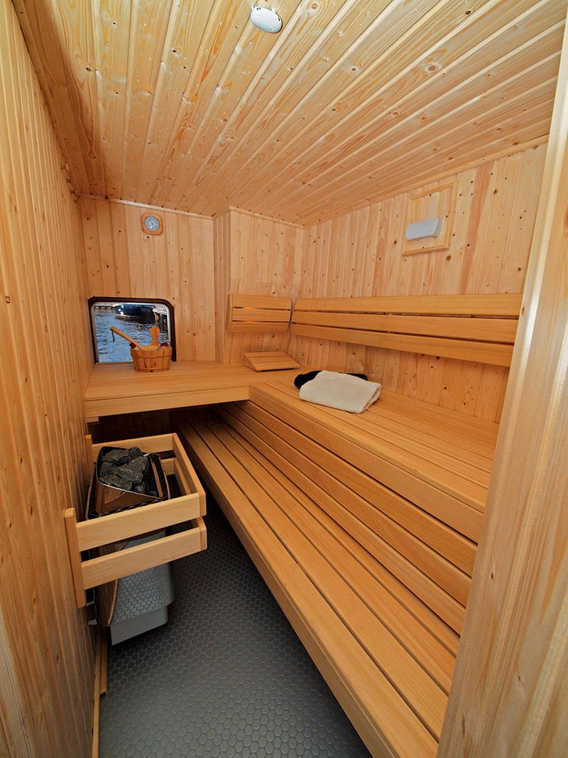 Hoe luxe wilt u het hebben? Sauna aan boord? De Schiffart Yachtcharter in Terherne heeft zo'n luxe huurjacht, de Máxima.