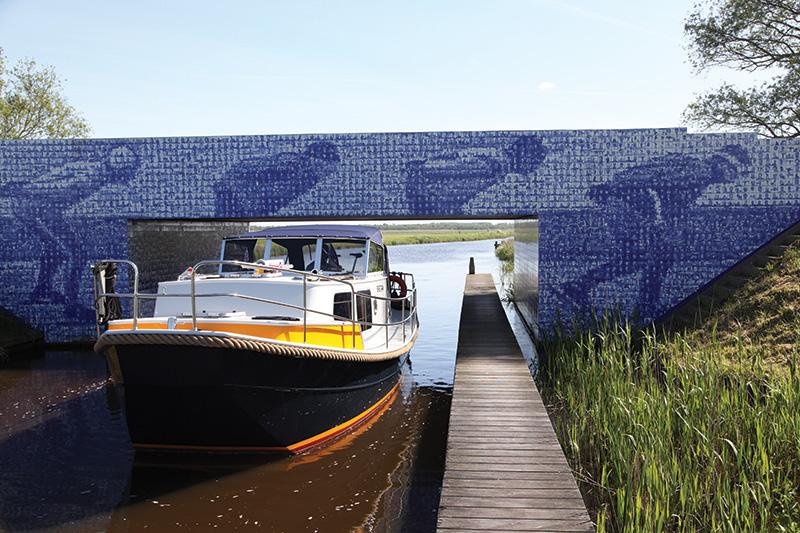 Gemaakt voor lage-bruggen-routes: de Brûzer. Foto: Elfsteden Tegeltjesbrug, Gytsjerk (Giekerk).